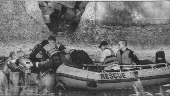 Crews recover the body of a 26-year-old man after he drowned in the Big Sioux River at Falls Park in 1999.