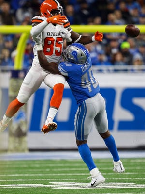 Detroit Lions' Jarrad Davis defends Cleveland Browns' David Njoku in the first half at the Ford Field, Sunday, Nov. 12, 2017.