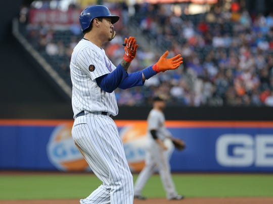 New York Mets first baseman Wilmer Flores (4) reacts