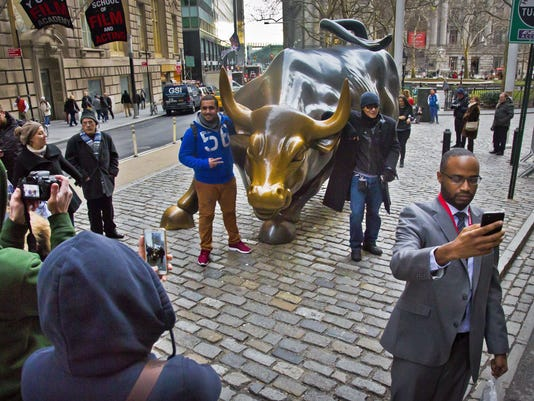 AP WALL STREET BULL 25TH F A ENT USA NY