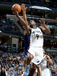 Memphis Grizzlies Tony Allen shoots defended from behind