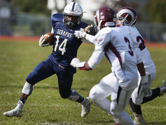 Sincere Saunders (14) of Mater Dei rushes against South