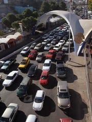 A diario, miles de autos cruzan la frontera hacia EU.