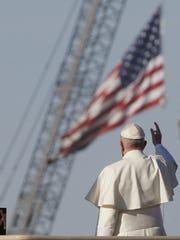 El papa Francisco saluda desde una plataforma cerca de la frontera entre México-EE.UU. El pontífice se acercó a una gran cruz colocada en una plataforma y también ofreció un ramo de flores como ofrenda y bendijo a las cientos de personas que lo veían del lado estadounidense.