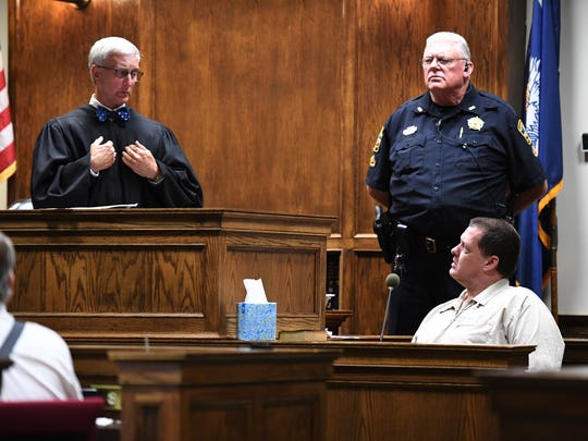 Todd Kohlhepp exchanges a look with the judge in the