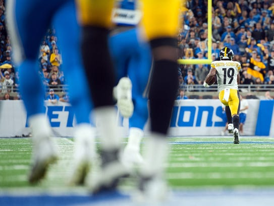 Steelers receiver JuJu Smith-Schuster (19) runs for