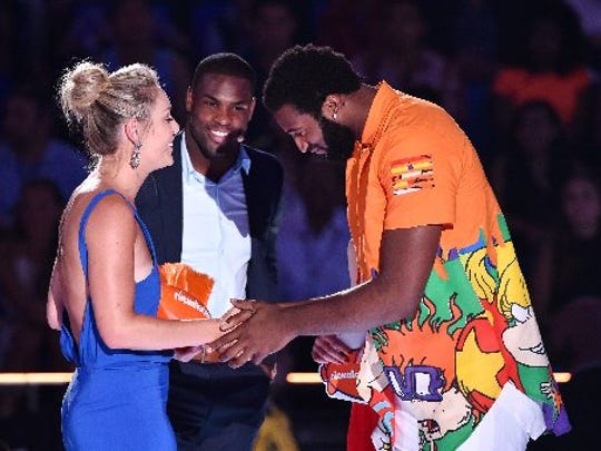 Drummond and the Philadelphia Eagles' DeMarco Murray present a Kids' Choice Award to skier Lindsey Vonn.