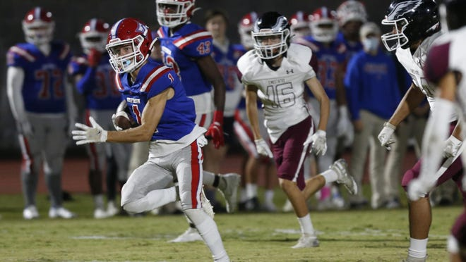 Jefferson's Kolton Jones (1) breaks away for a touchdown during the Dragons' win Thursday night against Chestatee.