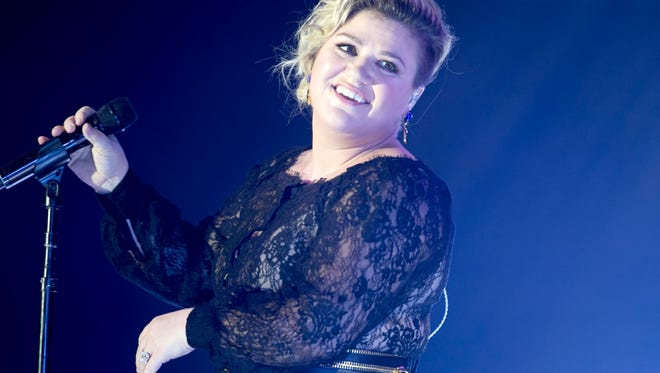 Singer Kelly Clarkson performs during Celebrity Fight Night XXI at the JW Marriott Desert Ridge Resort & Spa in Phoenix on Saturday, March 28, 2015.  (Via OlyDrop)