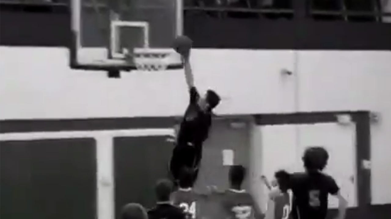 This one-armed basketball player is dunking on the competition