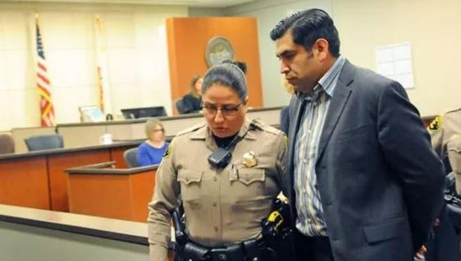 Agentes judiciales esposan al ex concejal de Salinas José Castañeda en la Corte Superior del Condado de Monterey, el miércoles, 24 de mayo de 2017.