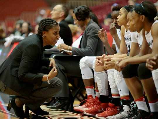 Cincinnati Bearcats head coach Jamelle Elliott directs