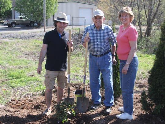 Mayor Paul Bailey, left, Webb Mitchum, center, and