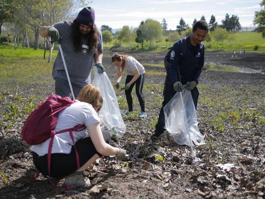 Niños pequeños, estudiantes de preparatoria y adultos se reunieron el 31 de marzo, fecha en que se habría celebrado el cumpleaños número 91 de César Chávez, para limpiar el parque de Salinas que lleva su nombre.