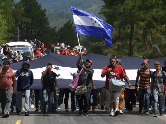 Hondureños marchan hacia el norte en la denominada 'Caravana del Migrante'.
