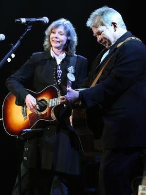 Nancy Griffith, izquierda, y John Prine actúan durante los Premios de la Música Americana en Nashville el 17 de septiembre de 2009.