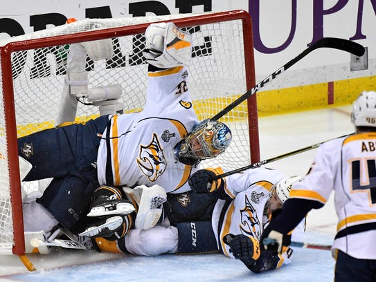 Pittsburgh Penguins right wing Bryan Rust (17) lands
