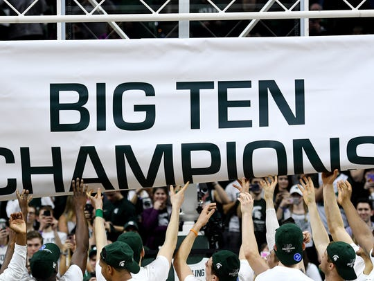 Michigan State basketball team unfurl the 2018 BIG
