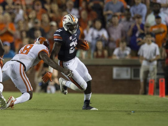 Kerryon Johnson (21) rushed for 94 yards in Auburn's