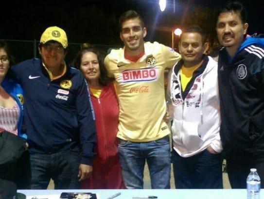 Con Ventura Alvarado y su familia los campos de Phoenix.
