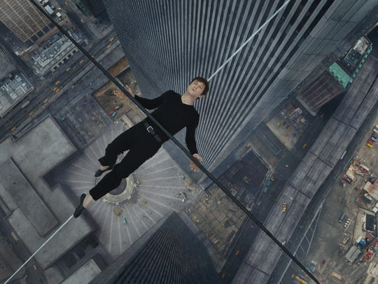 Philippe Petit (Joseph Gordon-Levitt) balances himself