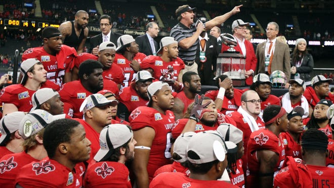 UL coach Mark Hudspeth and the Ragin' Cajunscelebrate winning the 2014 New Orleans Bowl.