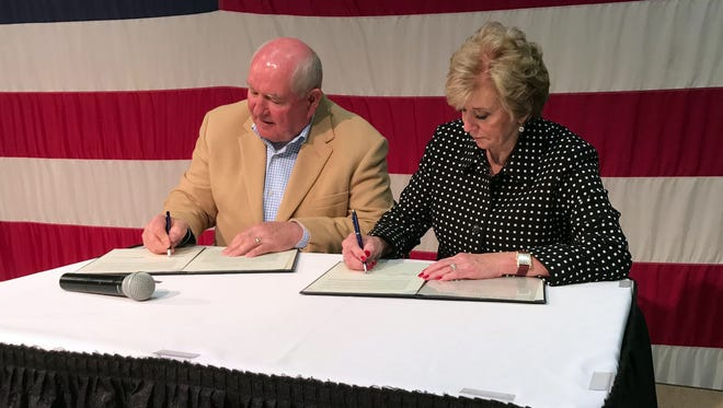 U.S. Secretary of Agriculture Perdue and Administrator McMahon sign a Memorandum of Understanding between USDA & SBA to promote stronger businesses and agricultural economies.