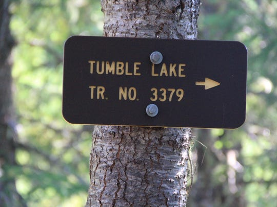 A sign directs hikers to Tumble Lake.