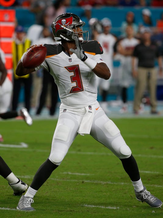 Buccaneers_Dolphins_Football_58433.jpg
