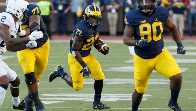 Michigan running back #22 Karan Higdon looks for a hole to run through in the fourth quarter.