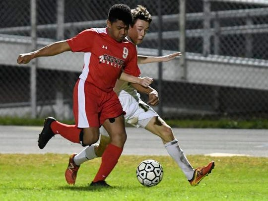 Edgewood's Logan Mendoza forces Michael Howell of Viera off the ball during Thursday's game.