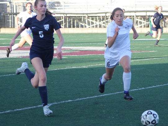 Farmington's Kara Linn (5) and Seaholm's Bella Rodriques