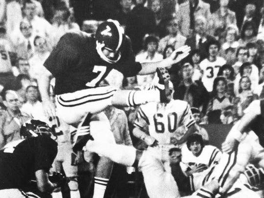 Bucky Berrey (7) kicking during an Alabama football