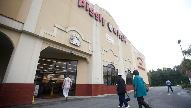 Shoppers enter the Piggly Wiggly store in Quincy on Friday, Oct 2, 2015. A new Piggly Wiggly grocery store is set to replace the shuttered Harvey's on South Monroe Street in Tallahassee.