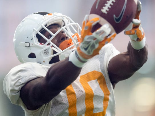 Tennessee wide receiver Vincent Perry (10) pulls down