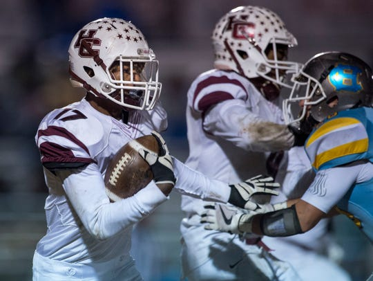 Henderson County's Isaiah Easley (17) carries the ball