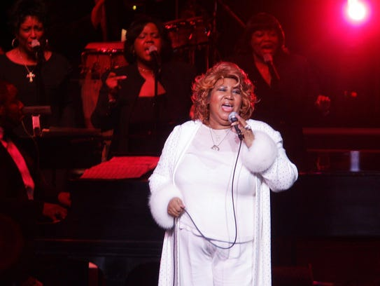 """Aretha Franklin sings """"Natural Woman"""" to a packed house"""