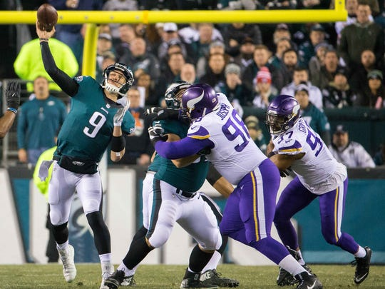 Eagles quarterback Nick Foles throws a deep pass to