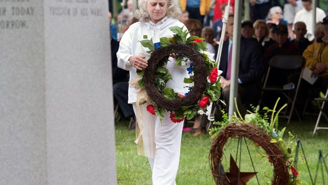 Maureen Fromm lays a wreath for Gold Star Mothers. Maureen Fromm, lays a wreath for Gold Star Mothers.