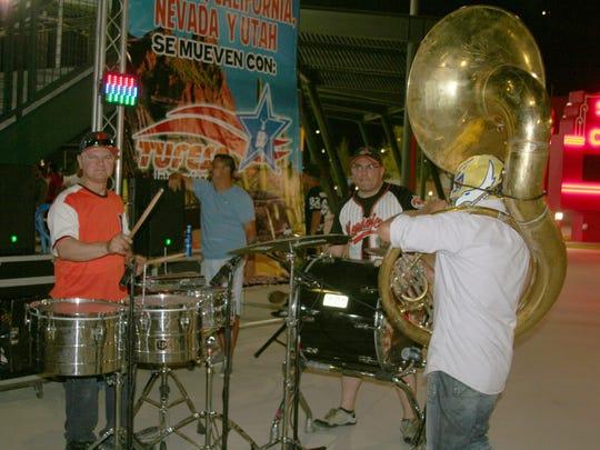 La banda sinaloense retumbó en el Sloan Park de Mesa, como en los parques de pelota en México.