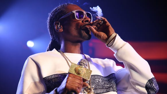 Snoop Dogg auctions off his blunt at Seth Rogen's fundraiser