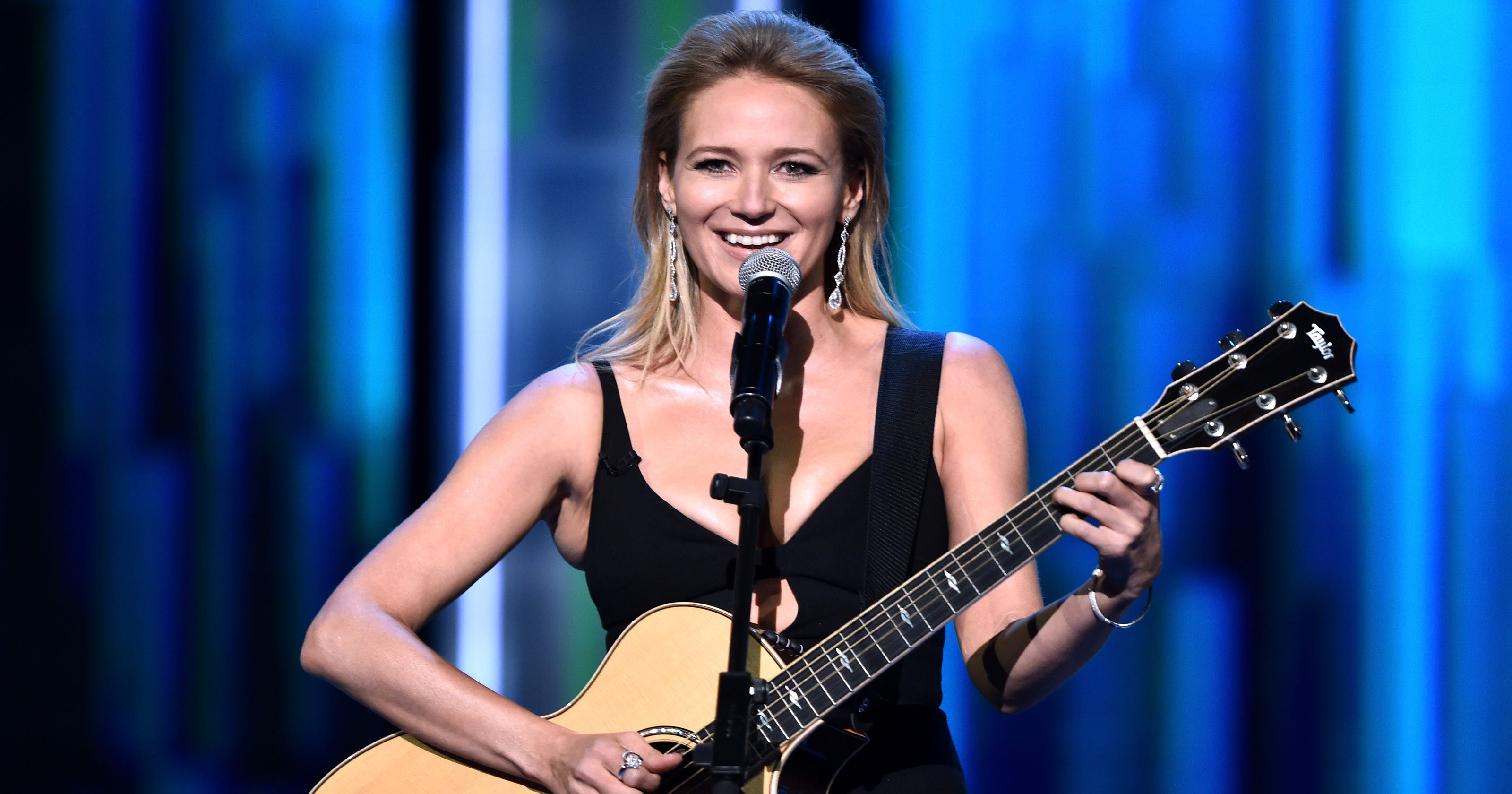 Jewel roasted Rob Lowe with a parody of her own song