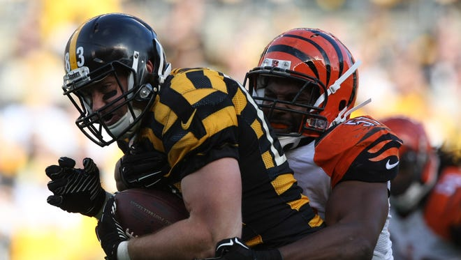Pittsburgh Steelers tight end Heath Miller is tackled by Cincinnati Bengals linebacker Vincent Rey (57) during the first half at Heinz Field.