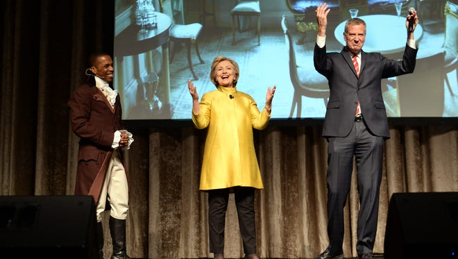 "Leslie Odom Jr., left, from the Broadway musical ""Hamilton,"" Hillary Clinton and New York Mayor Bill de Blasio perform at the 94th annual Inner Circle Dinner in Manhattan on April 9, 2016."