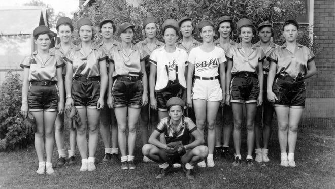 Dot Wilkinson (center bottom) and the Arizona Ramblers, a women's professional softball team.