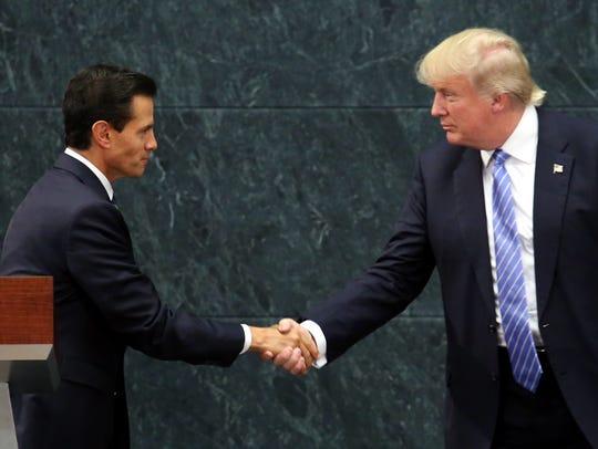 Enrique Peña Nieto (izq), presidente de México, y Donald