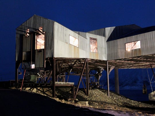 A building built on stilts in Longyearbyen due to melting