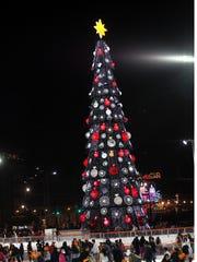 El pino de Navidad instalado en el Zócalo de la Ciudad de México tiene esferas con el logotipo de las marcas de refresco.