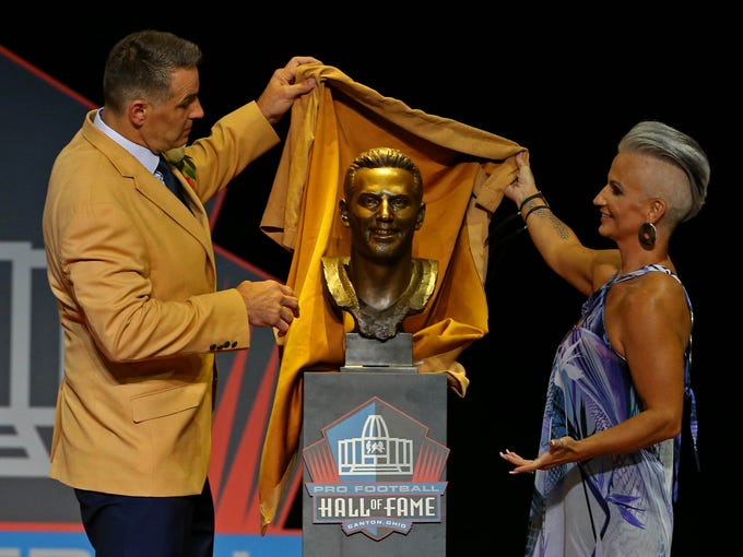 Aug 5, 2017; Canton, OH, USA; Kurt Warner pulls back