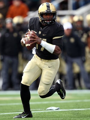 Army Black Knights quarterback Ahmad Bradshaw (17) rushes the ball against the Tulane Green Wave during the first half at Michie Stadium.